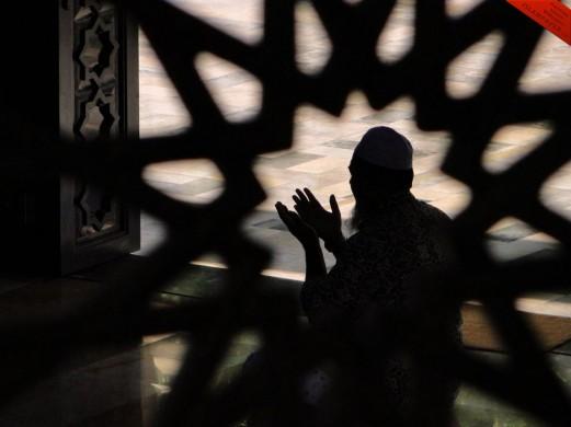 muslim-making-dua-islamic-image